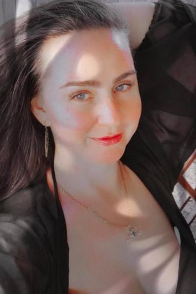 Мама Анастасии Костенко продемонстрировала пышные формы в купальнике