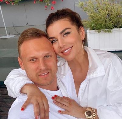Седокова показала подписчикам нестандартное свадебное фото