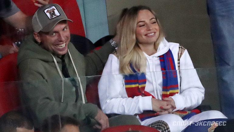 УГлушакова ифутболистки ЦСКА Коваленко родилась дочь. Денис ради нее ушел из «Ахмата», чтобы жить вМоскве